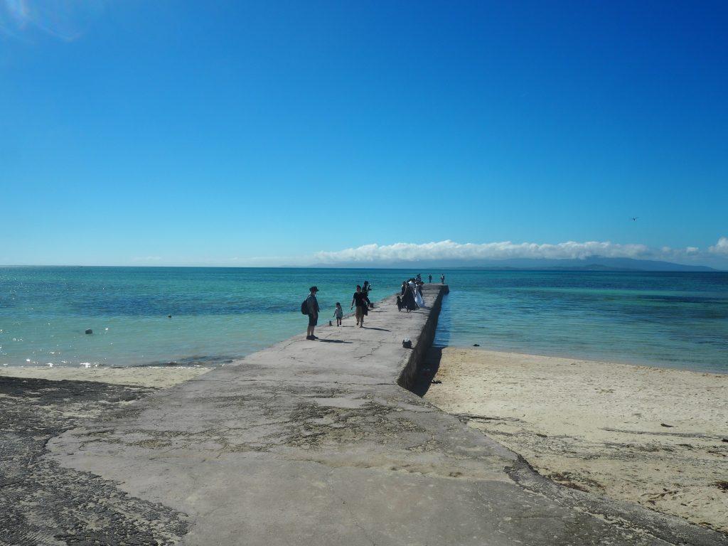 青い空と海に向かってまっすぐに伸びる桟橋