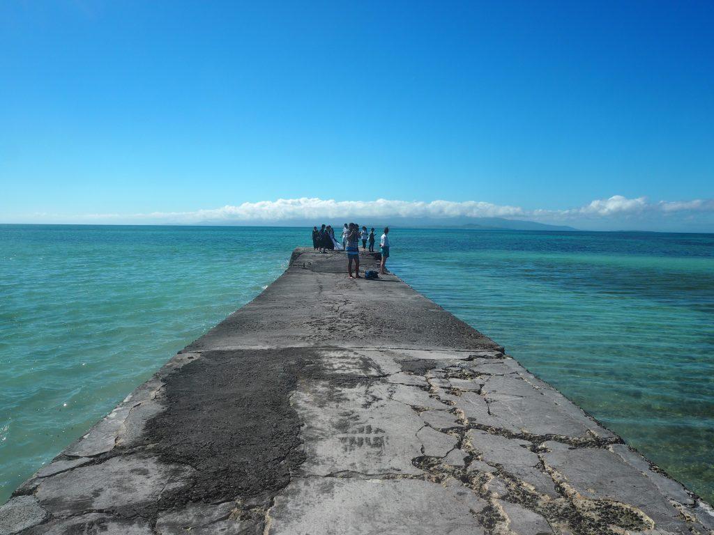 人で賑わう西桟橋。遠くには小浜島と西表島が見える