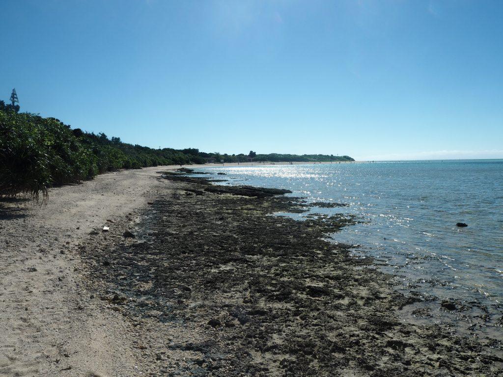 西桟橋からコンドイビーチまでの道のり。岩場と砂浜が続く