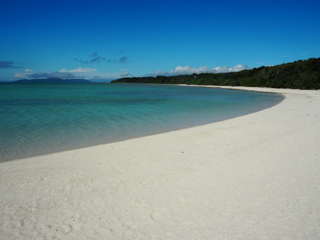 真っ白な砂浜と透明度の高い海が広がるコンドイビーチ