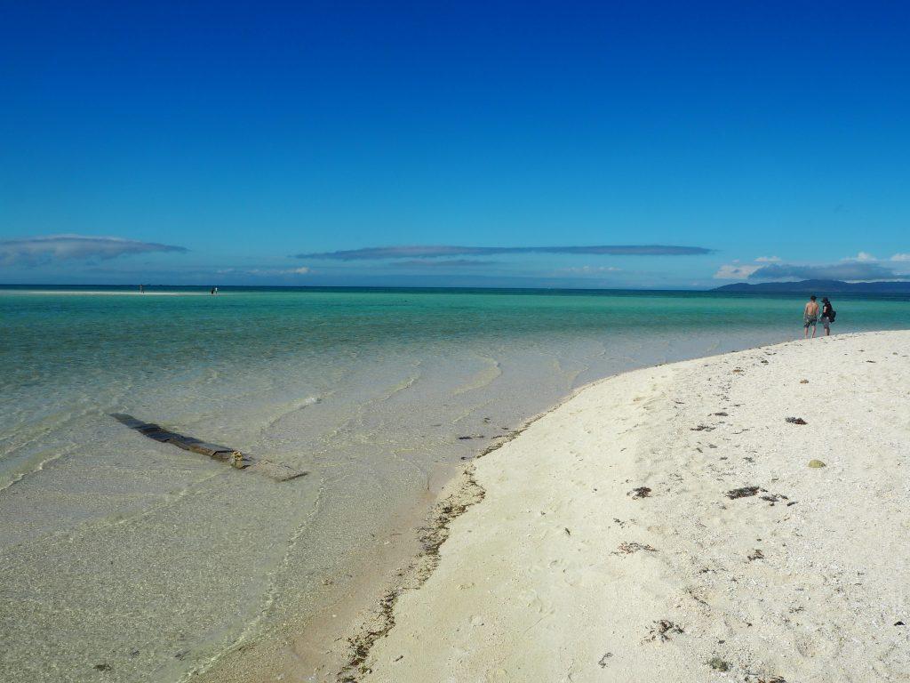 青と白のコントラストが美しいビーチだ