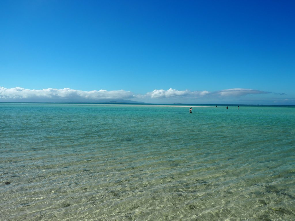 透明度の高い海に浮かぶ砂州(さす)