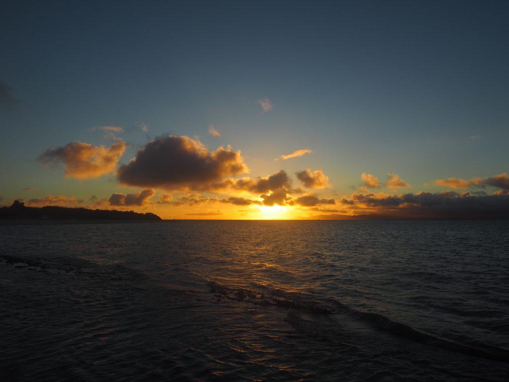 西表島の向こうに沈む夕日。左側はコンドイ岬