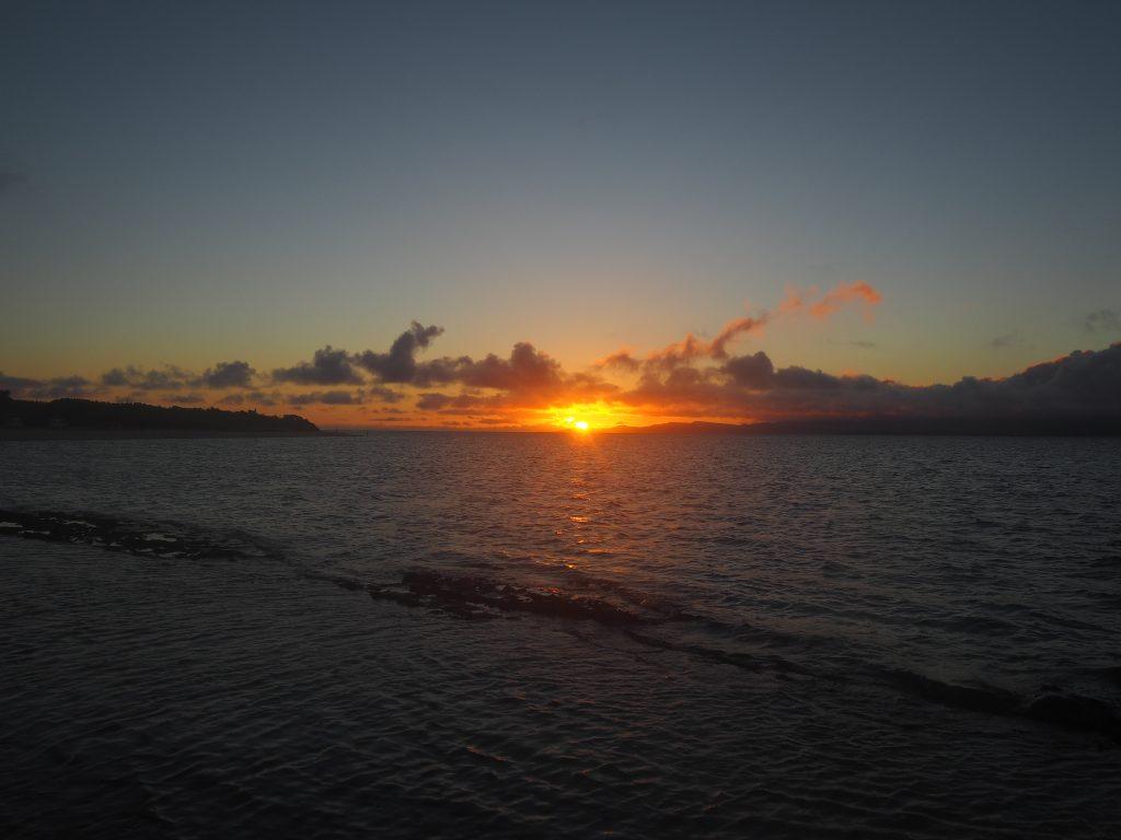 夕日が西表島に隠れる