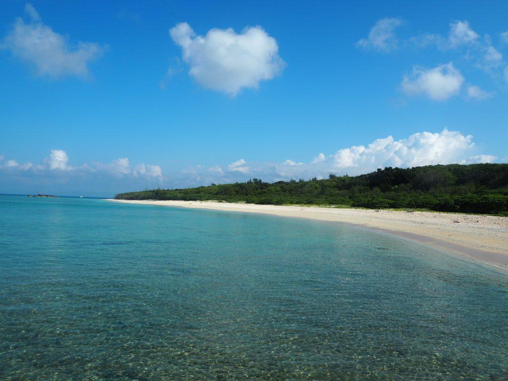 岩場からペー浜の全景を望む