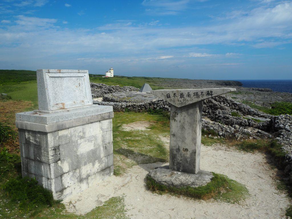 左側が日の丸のあった聖寿奉祝の碑