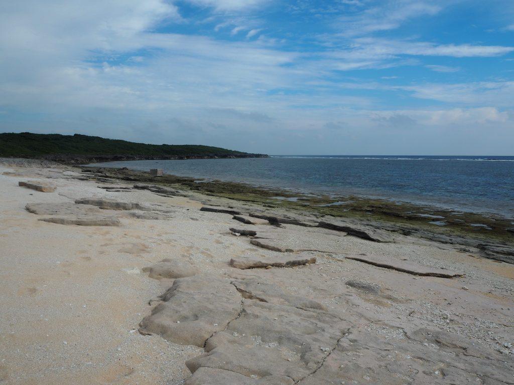 岩場と砂浜が広がる結構大きなビーチだ