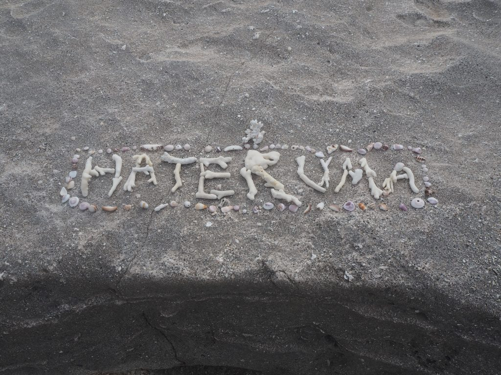 ビーチにあったサンゴと貝殻で作られた「HATERUMA」の文字。イキですね