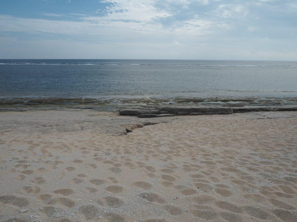 ペムチ浜。はるか先はフィリピンである