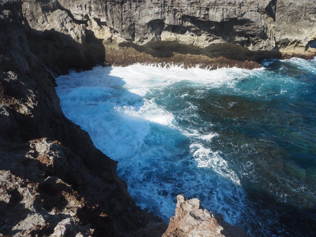 断崖絶壁に荒々しい波が打ちつける