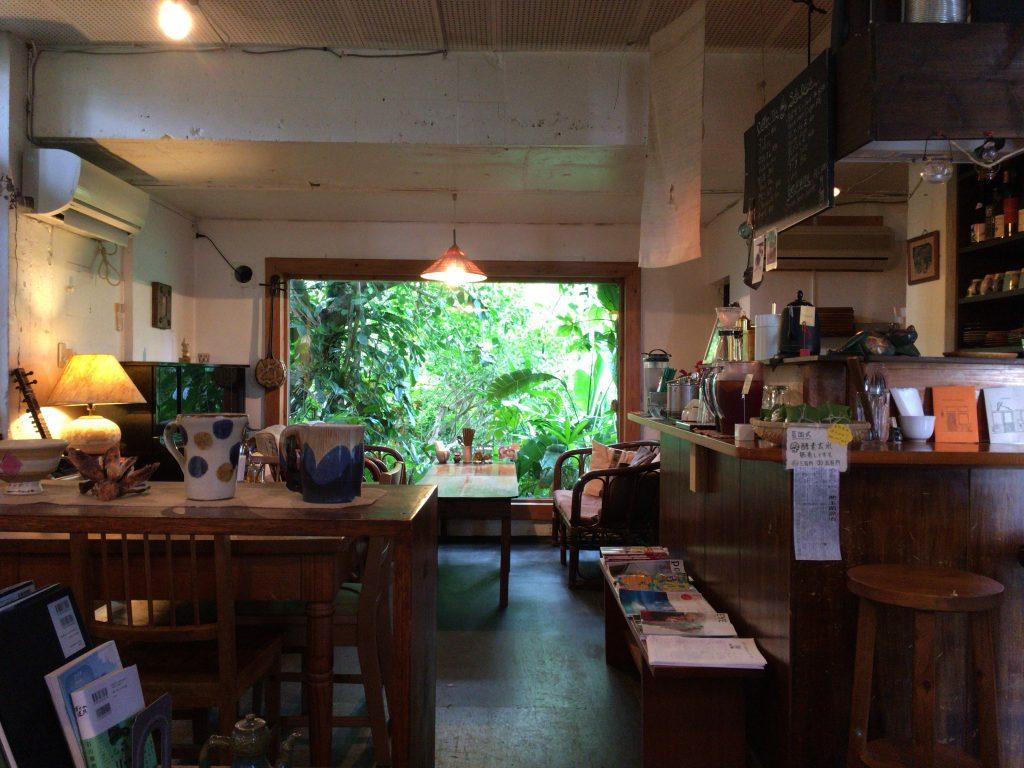 「カフェ ウエスヤ」の店内。南国らしい雰囲気が味わえる