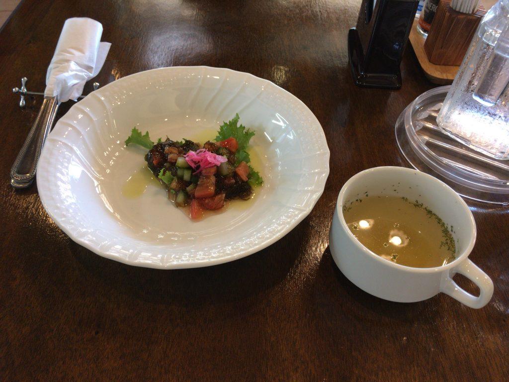 前菜とスープ。新鮮な有機野菜のシャキシャキ感がたまらない