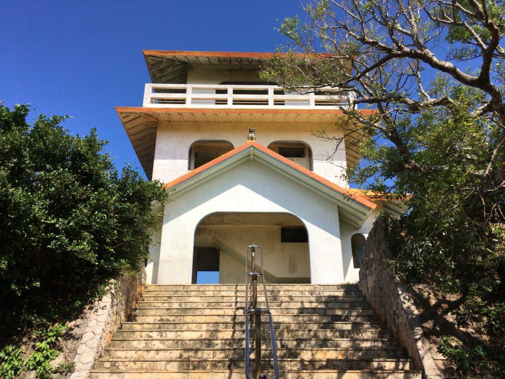 竜宮城展望台。来間島の数少ない観光スポットである