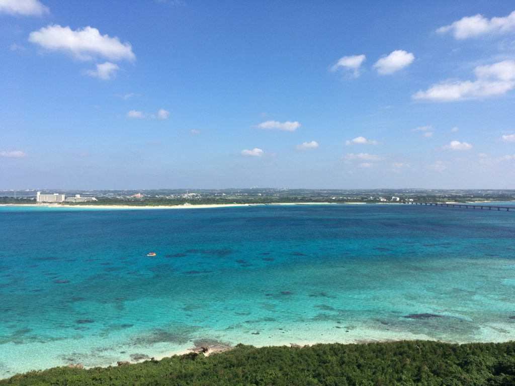竜宮城展望台からの景色。正面に見えるのが与那覇前浜ビーチ