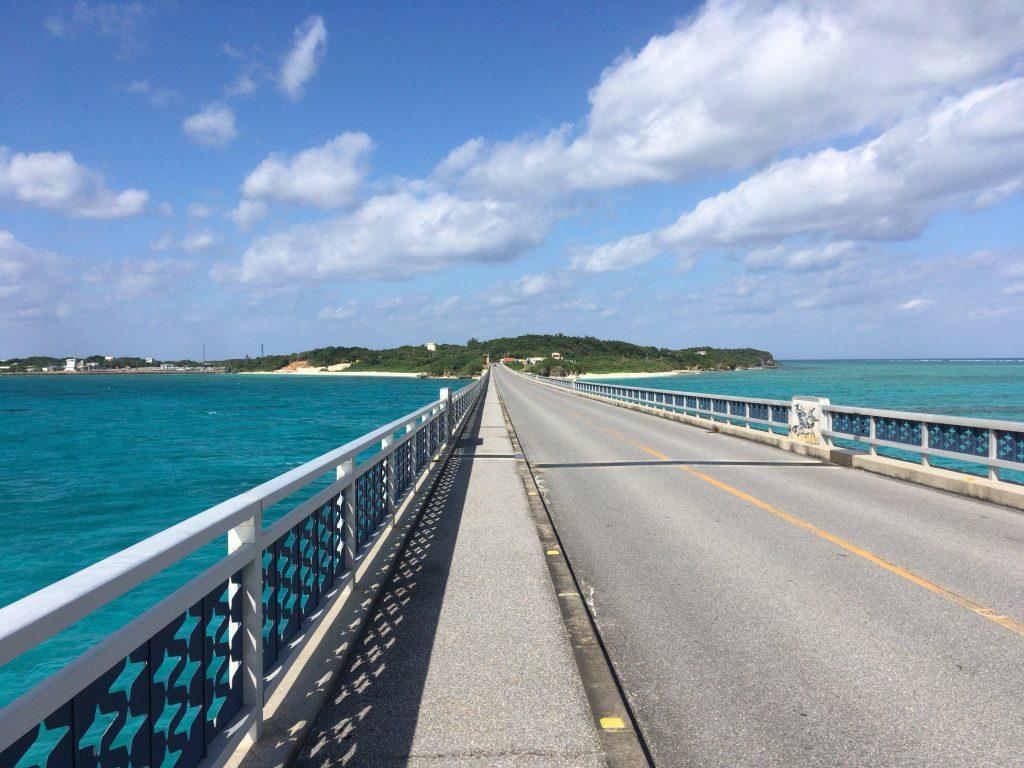 全長1,425mの池間大橋を歩く。釣りをしている人も見かける