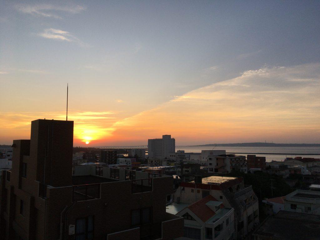 伊良部大橋の向こうに沈む夕日