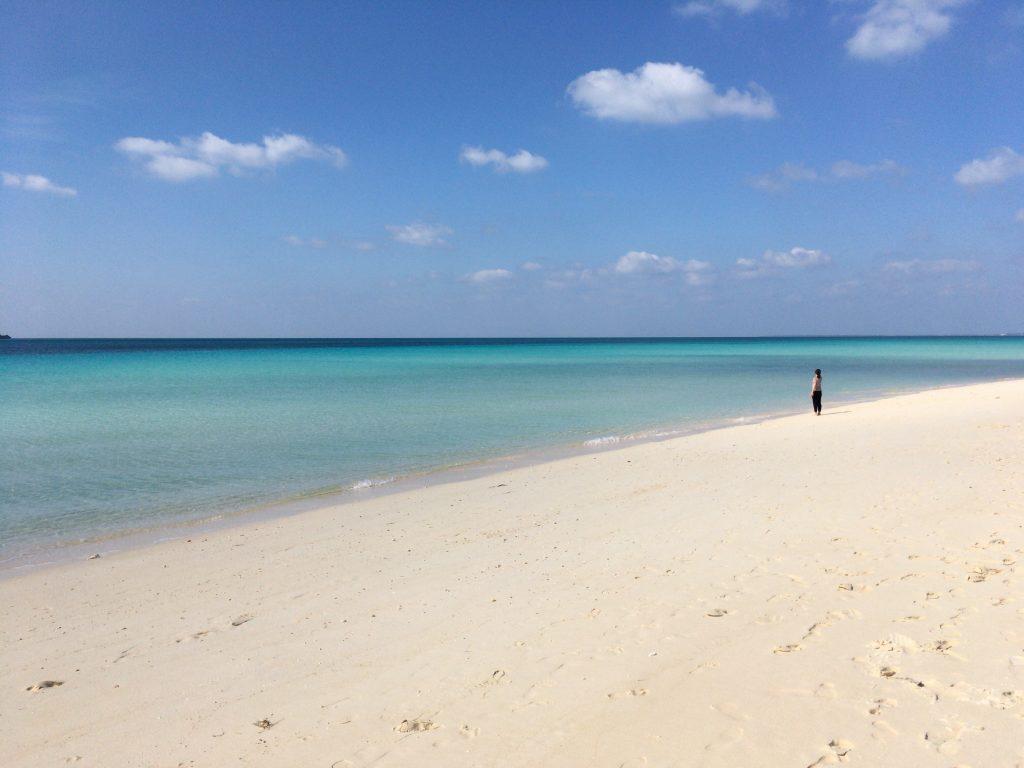 まるで絵画のような色鮮やかなビーチである