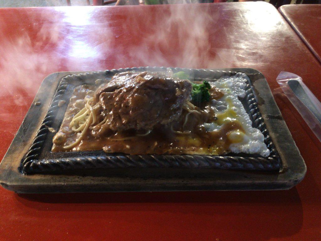 台湾の夜市で食べるステーキ。卵に麺、ブロッコリーも乗っている