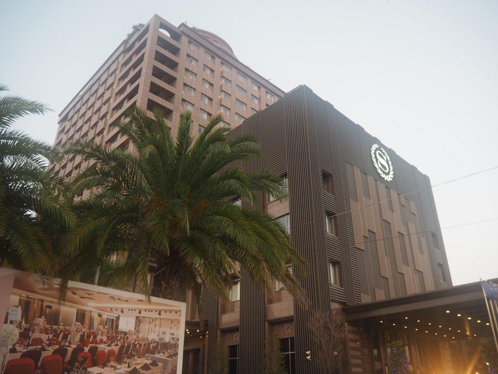 シェラトン台東ホテル。夜市とのコントラストが面白い