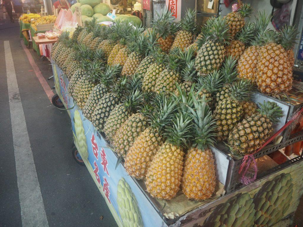 パイナップル。奥には巨大なスイカ