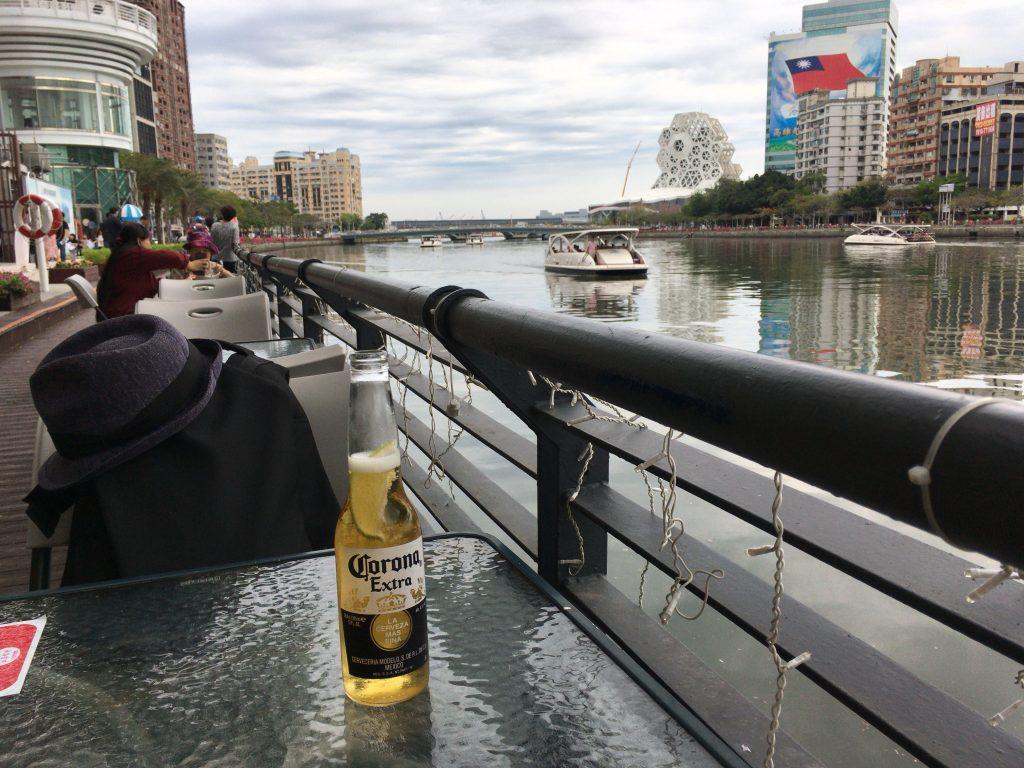 台湾の川の畔で一人ビールを嗜む