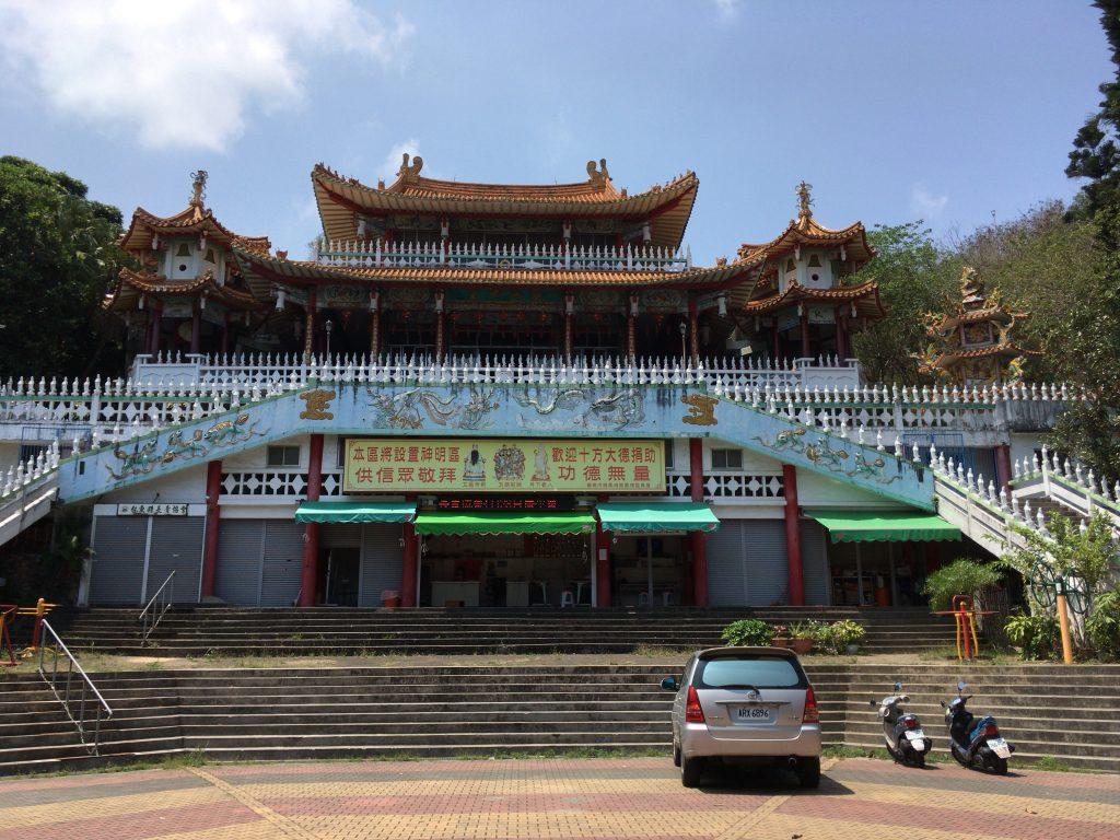 龍鳳寺。手前の広場ではカラオケ大会が催されていた