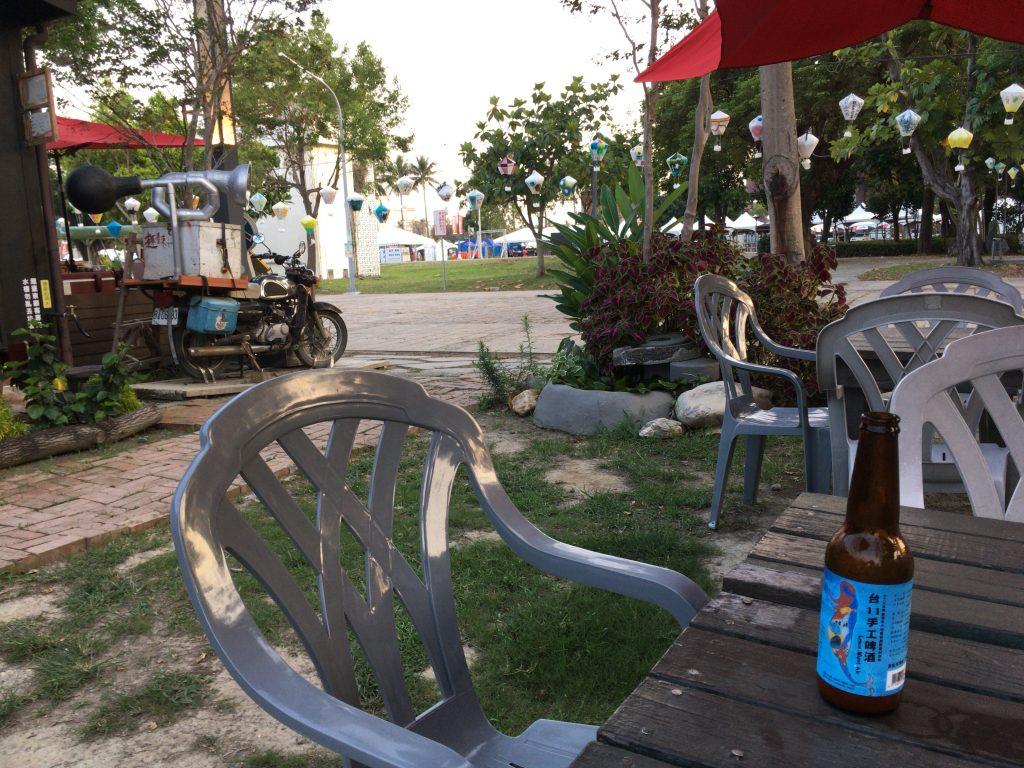 テラス席で台湾のクラフトビールをいただく