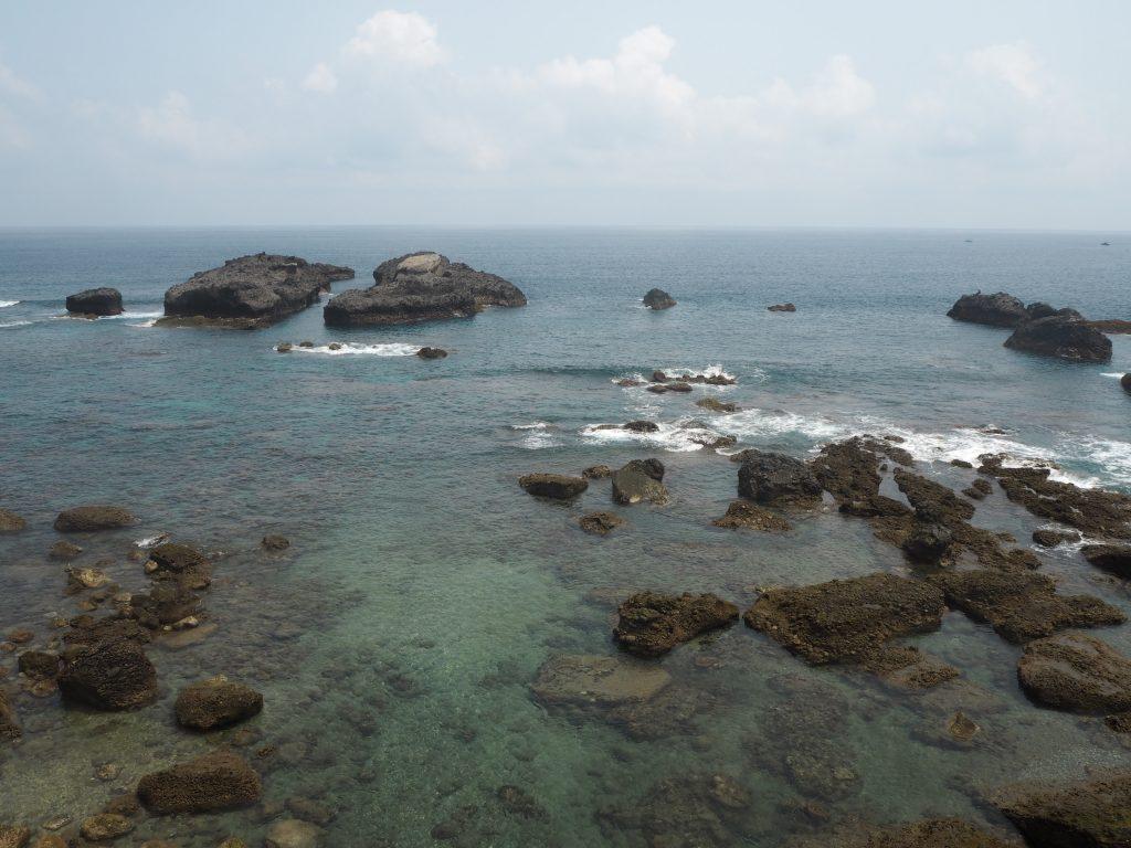 無数の岩が転がる三仙台の海