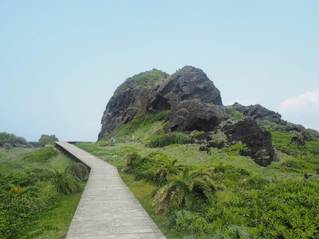 遊歩道から巨石を望む