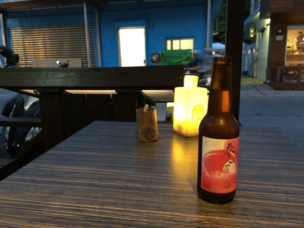 テラス席で台湾クラフトビールをいただく。蚊には要注意