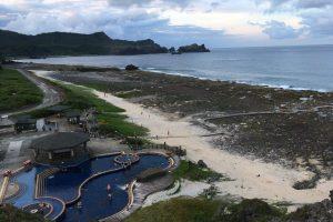 帆船鼻からの風景。右側に見えるのが朝日温泉の露天風呂