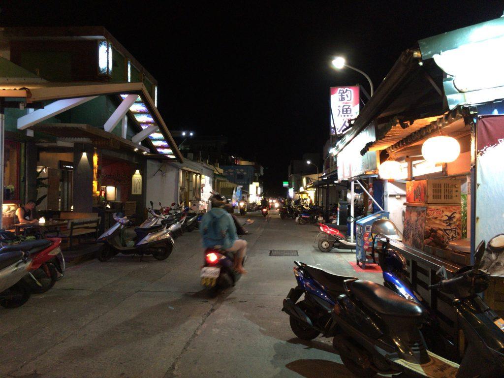 緑島の繁華街。バイクの交通量が多い