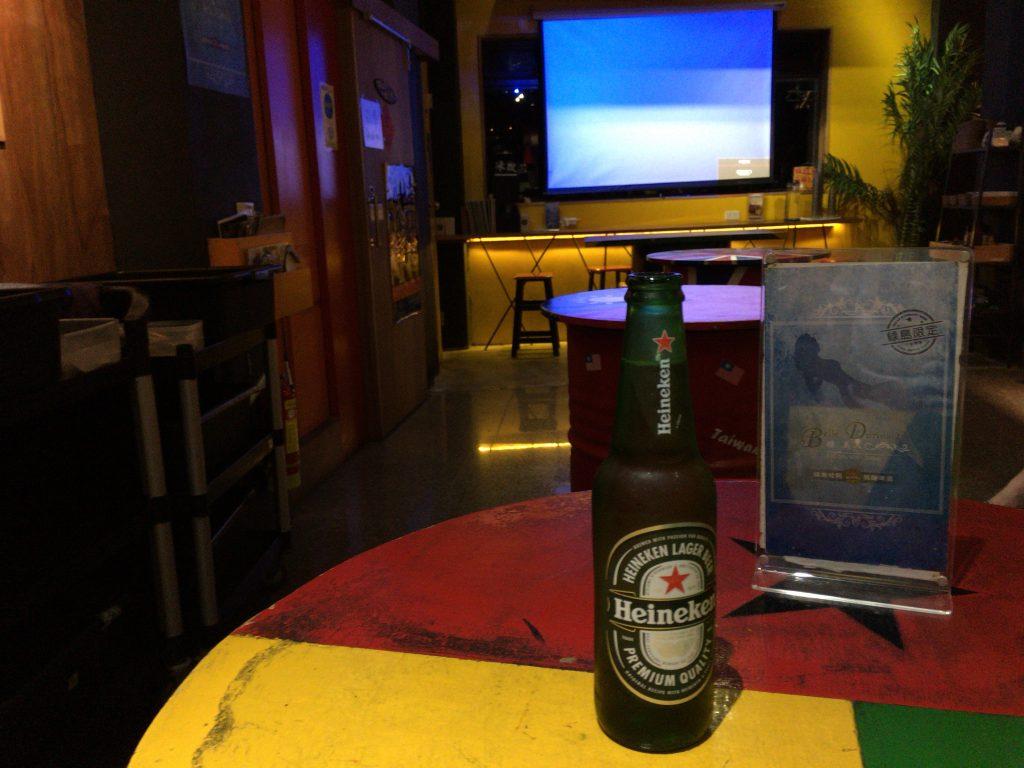 「Mr. Hot Dog」の店内。酒飲みの旅にはバーは欠かせない存在である