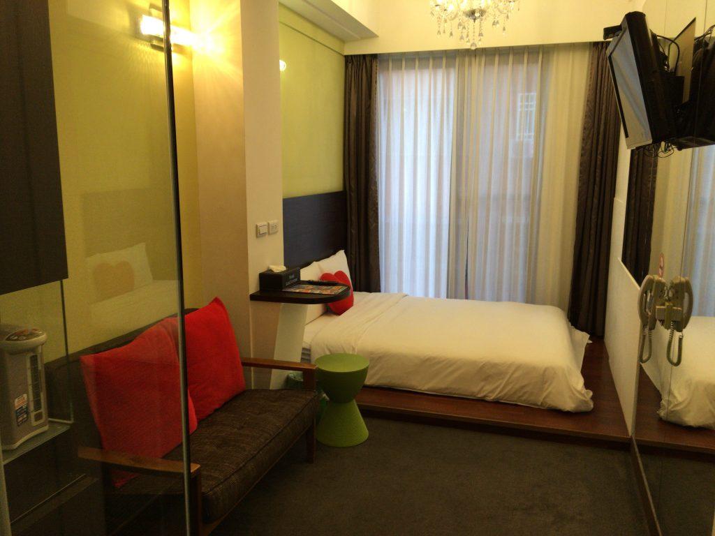 「ホテル レ シャン」の部屋。コンパクトだがおしゃれだ