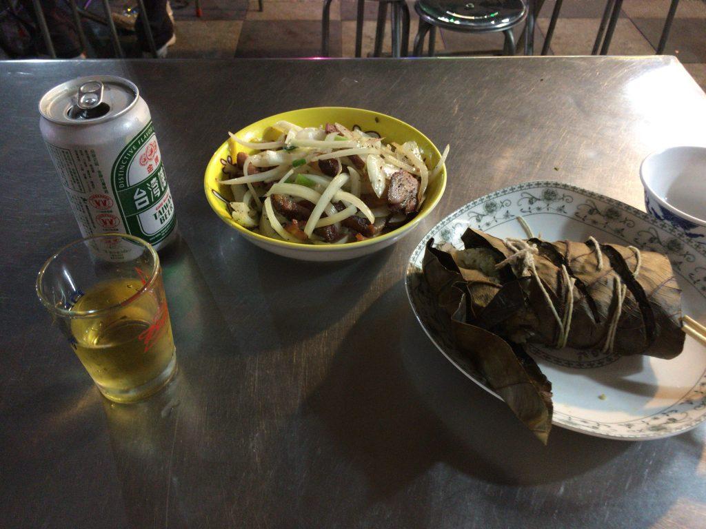 原住民料理のちまきと猪肉。日本人の口にも合う