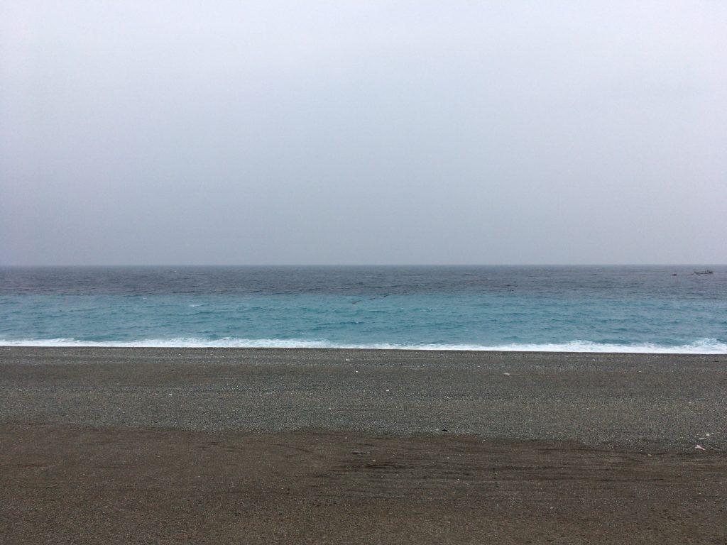 2色の青のグラデーションが特徴的だ。遠くに与那国島が見えるかも?