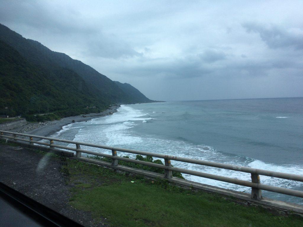 台湾東海岸を走るバスの車窓から