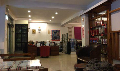 「リウホテル」のフロントとレストラン