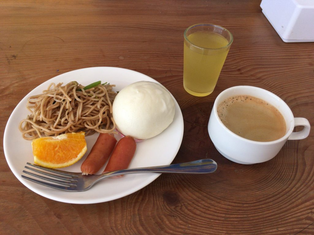 「リウホテル」の朝食。焼きそばが美味しかった