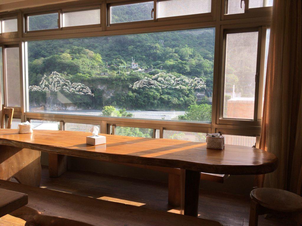 タロコ峡谷を眺めながら朝食をいただく
