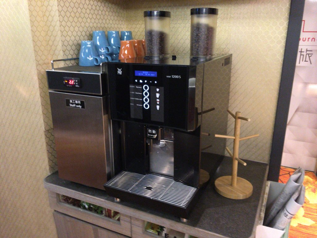 ロビーに無料のコーヒーメーカーが置いてあるのが嬉しい