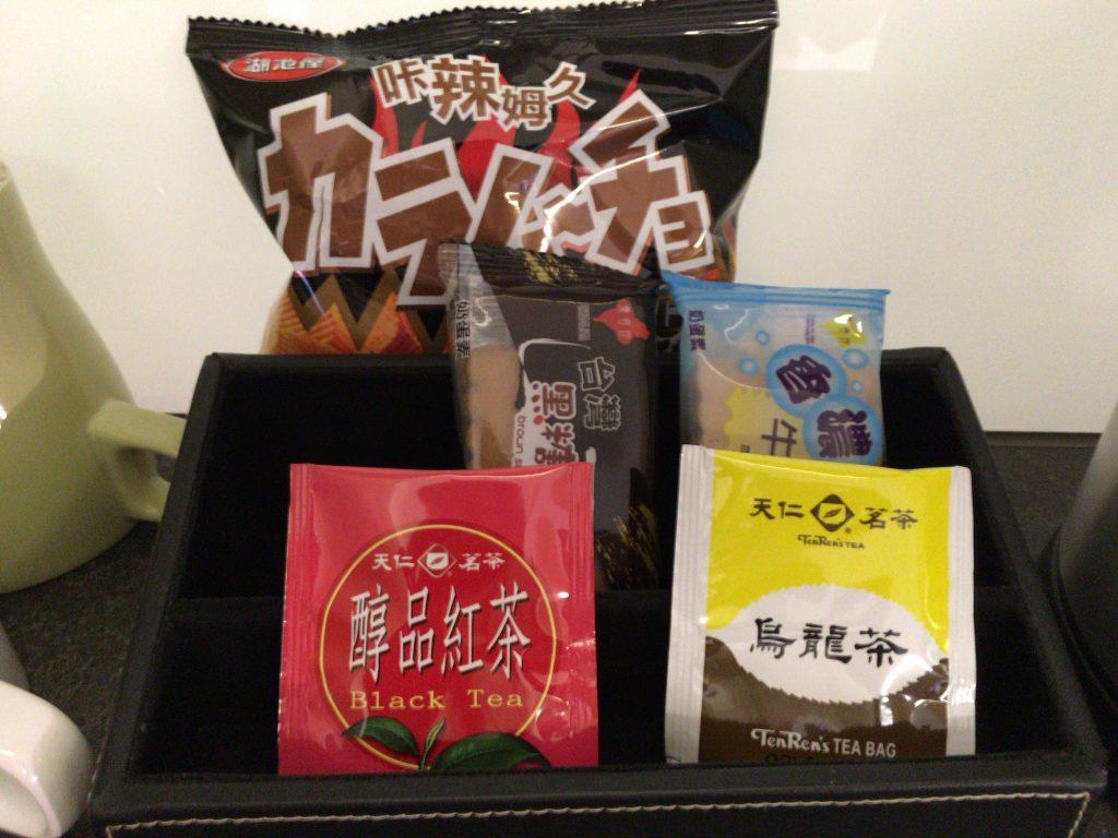 無料のドリンク類とスナック類(カラムーチョとちんすこう?)