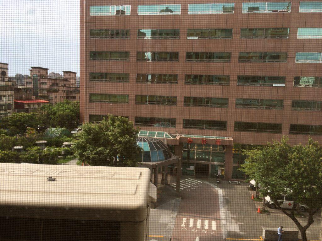 部屋からの眺め。病院があるのでいざという時でも安心だ