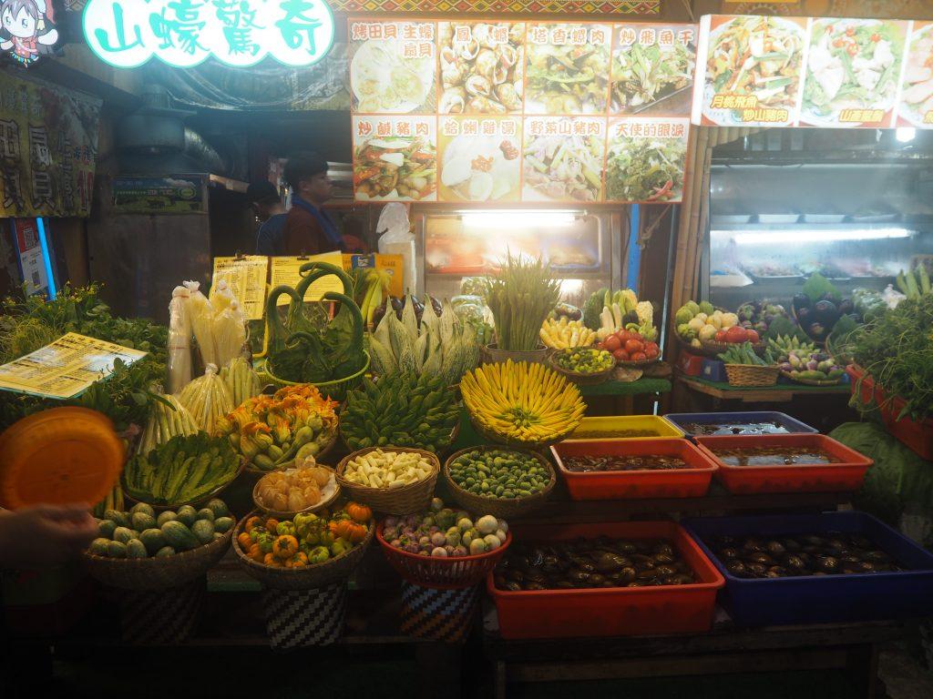 豊富な食材が並ぶ屋台