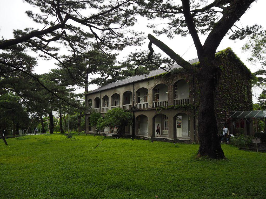 琉球松の大木が生い茂る松園別館
