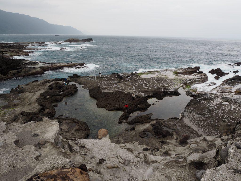 潮だまりの向こうに太平洋を望む