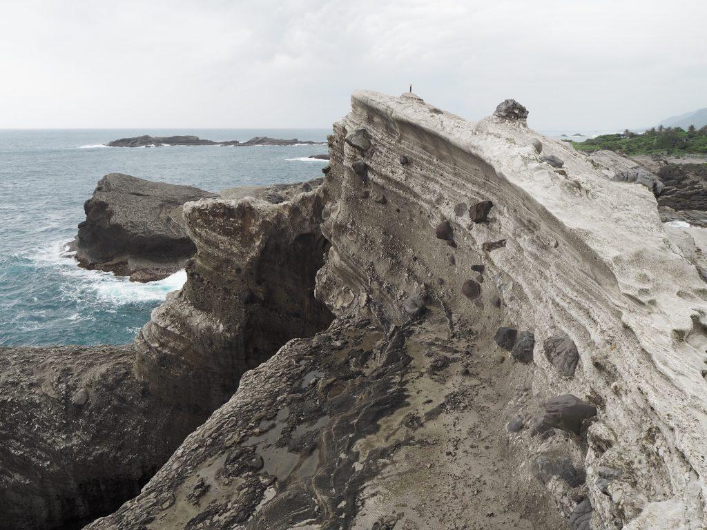 岩山の上は切り立った崖のようになっている