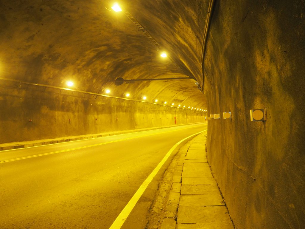トンネルの中を歩く。結構怖い