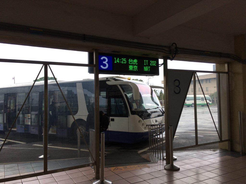 飛行機までバスに乗って移動する