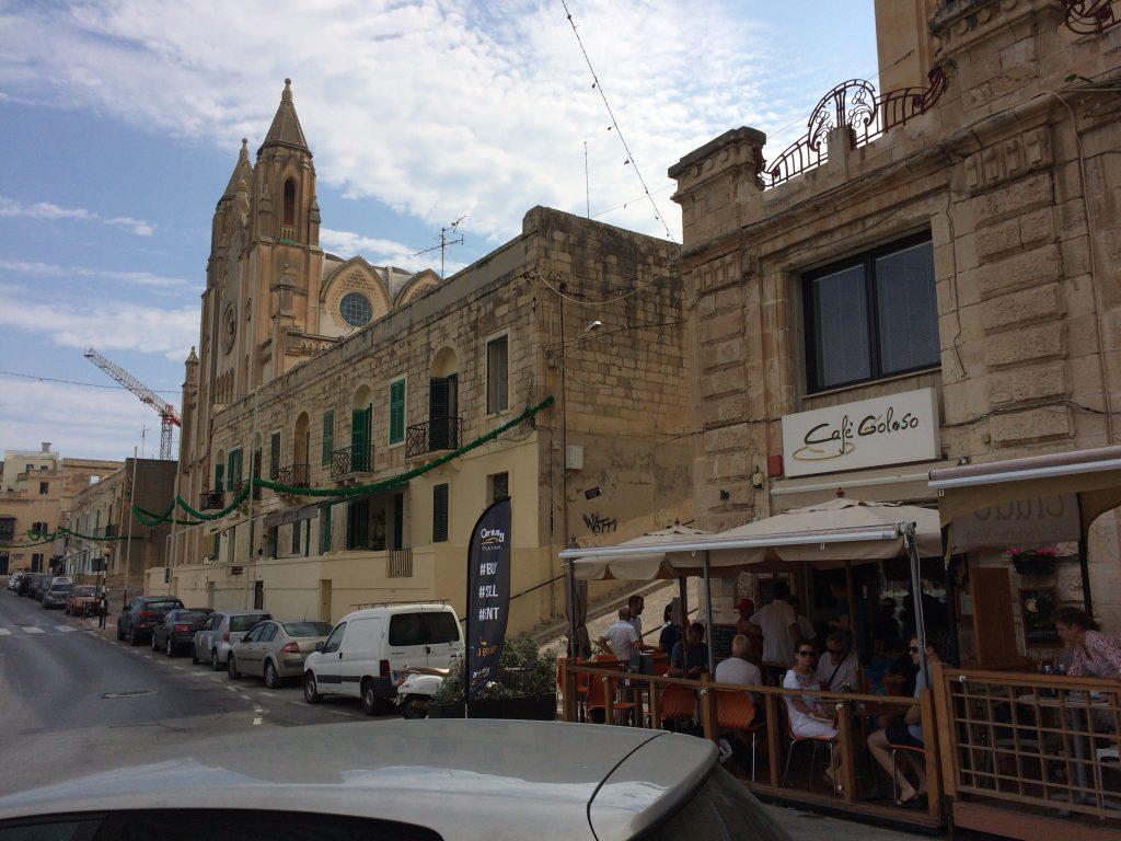 マルタの街中。やっぱりカフェ文化がある国は良い